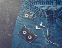 Jeans, cassette sonore, écouteurs photo libre de droits
