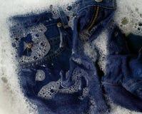 Jeans che sono lavati Fotografie Stock