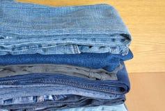 Jeans colorés sur l'étagère de placard, fin de vue de face Photo stock
