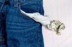 Jeans con la casella vuota e l'ultimo un dollaro. Immagine Stock