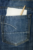 Jeans con una nota di carta Immagini Stock