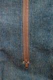 Jeans détaillés en gros plan et tirette brune Photos stock