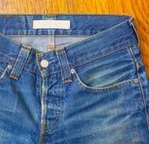 Jeans d'indigo avec un bouton Photographie stock