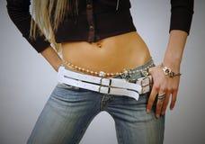 Jeans da portare e bijouterie della pancia adatta della donna Immagini Stock Libere da Diritti