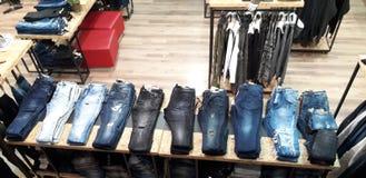 Jeans dans le magasin Photo stock