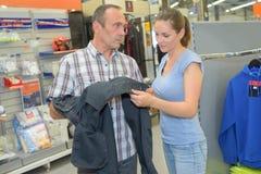 Jeans de achat de paires d'homme supérieur dans la boutique Photo stock