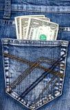 Jeans de denim avec de l'argent dans la poche arrière images libres de droits