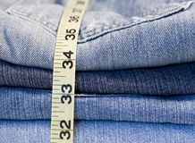 Jeans de denim mesurant la bande Photos stock