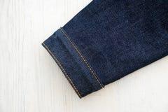 Jeans de denim sur en bois photographie stock libre de droits