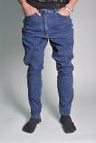 Jeans de la jeunesse mis sur le type Image libre de droits