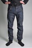 Jeans de la jeunesse mis sur le type Photo libre de droits