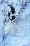 Jeans de poche de lunettes de soleil Photos stock