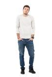 Jeans de port et espadrilles de jeune homme bel occasionnel avec des mains dans des poches Photos libres de droits