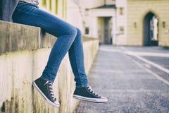 Jeans de port de femme et nouvelles espadrilles Photo libre de droits