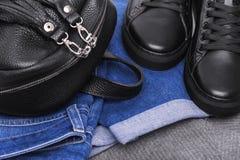 Jeans de sac à dos d'espadrilles et un chandail léger Photographie stock