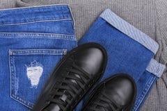 Jeans de sac à dos d'espadrilles et un chandail léger Images stock