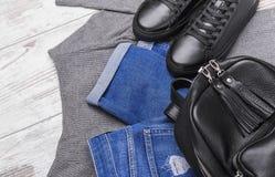 Jeans de sac à dos d'espadrilles et un chandail léger Image libre de droits