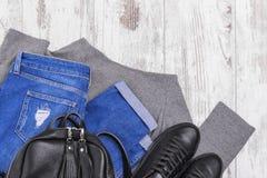 Jeans de sac à dos d'espadrilles et un chandail léger Images libres de droits