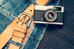 Jeans de vintage avec la ceinture et l'appareil-photo classique Image libre de droits