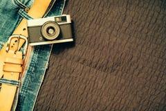 Jeans de vintage avec la ceinture et l'appareil-photo classique, l'espace d'exemplaire gratuit Images libres de droits