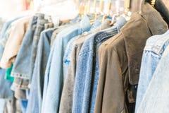 jeans del rivestimento in negozio Immagini Stock