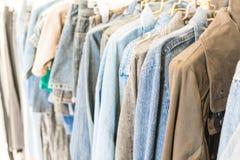 jeans del rivestimento in negozio Immagine Stock
