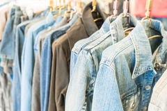 jeans del rivestimento in negozio Fotografia Stock