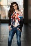 Jeans della bella donna e camicia d'uso della bandiera di Britannici Immagine Stock