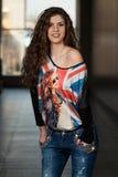 Jeans della bella donna e camicia d'uso della bandiera di Britannici Immagini Stock