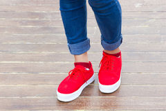 Jeans della donna e scarpe della scarpa da tennis Fotografia Stock