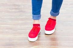 Jeans della donna e scarpe della scarpa da tennis Fotografia Stock Libera da Diritti