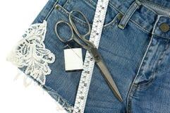 Jeans der kurzen Hosen diy mit Spitze Stockfotografie