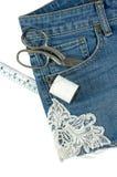 Jeans der kurzen Hosen mit der Spitze lokalisiert auf Weiß Stockbilder