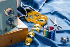 Jeans di cucito del denim dell'indaco con la macchina per cucire, concetto industriale dell'indumento immagine stock libera da diritti