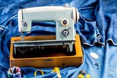 Jeans di cucito del denim dell'indaco con la macchina per cucire, concetto industriale dell'indumento fotografie stock