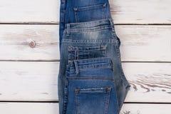 Jeans differenti su fondo di legno Immagine Stock Libera da Diritti