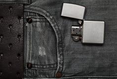 Jeans e un accendino Vista superiore piana Immagini Stock