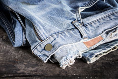 Jeans empilés sur un fond en bois Images stock