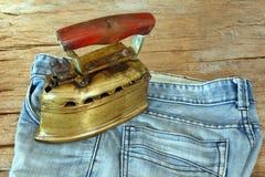 Jeans en uitstekend stijl vlak die ijzer door houtskool wordt verwarmd Royalty-vrije Stock Foto's