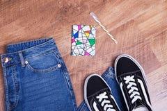 Jeans, espadrilles, bloc-notes et espace libre Photo libre de droits