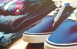 Jeans, espadrilles et chemise sur le plancher Photographie stock