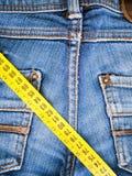 Jeans et bande de mesure Image stock