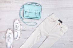 Jeans et espadrilles blancs, sac en bon état concept à la mode Fond en bois Image libre de droits