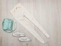 Jeans et espadrilles blancs, sac en bon état concept à la mode Fond en bois Images libres de droits