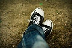 Jeans et espadrilles déchirés Photo stock