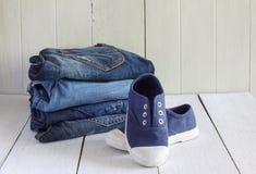 Jeans et espadrilles sur un fond en bois Photos libres de droits