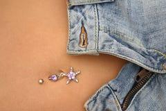 Jeans et perforation de bellybutton photo stock