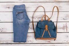 Jeans et sac à dos simples de vintage Images stock