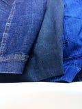 Jeans für Verkauf in der Einzelhandels- oder Bekleidungsindustrie Lizenzfreie Stockfotos