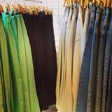 Jeans für Verkauf in einem Bekleidungsgeschäft stockfoto